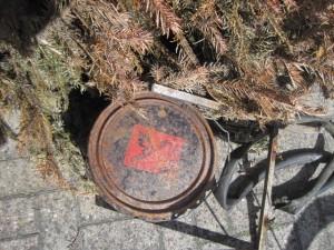 Rostiger Sondermüllbehälter im Graben